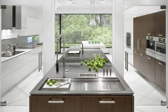 厨房岛要注意安装踢脚板框架,并在柜子和地板上同时将它们固定住,保证厨房岛的平稳和安全,避免带来不必要的麻烦。