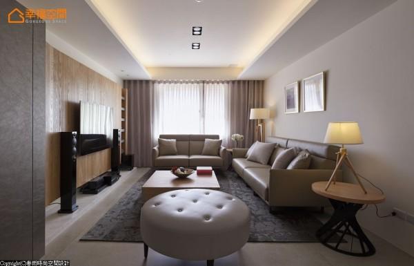 设计师后退屏风位置、拿掉入门旁的卧房,拉出引光明亮敞阔格局。