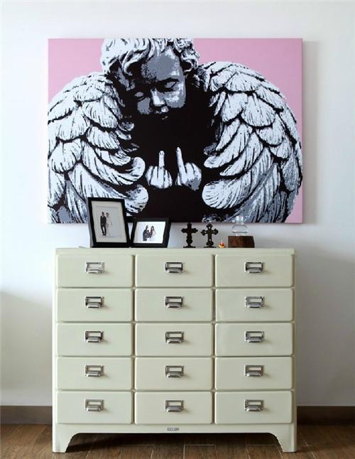 收纳和分类功能非常强悍的15斗铁皮柜配上个性的装饰画,作为玄关步入客厅过道的装饰,让人过目不忘。