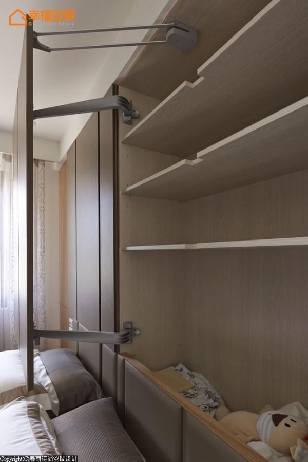 大型门片的特殊开阖方法,大大增加床头柜体收纳量。