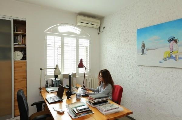 书房的墙壁上凸出的纹理让白色的墙壁充满的艺术的质感。墙上蓝色基调的画更添生动。