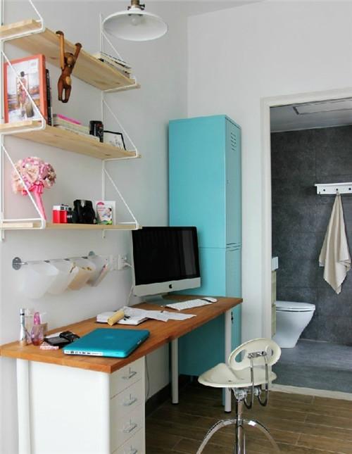 白橡木墙搁架和天蓝色铁皮柜撞出美妙的火花,让工作室色彩异常活泼可爱。