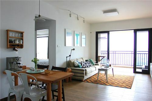 客厅和餐桌就充分展现了北欧风格与日式风格的综合,以木头材质和黑白色的基调为主,薄荷绿和粉色点缀其中。