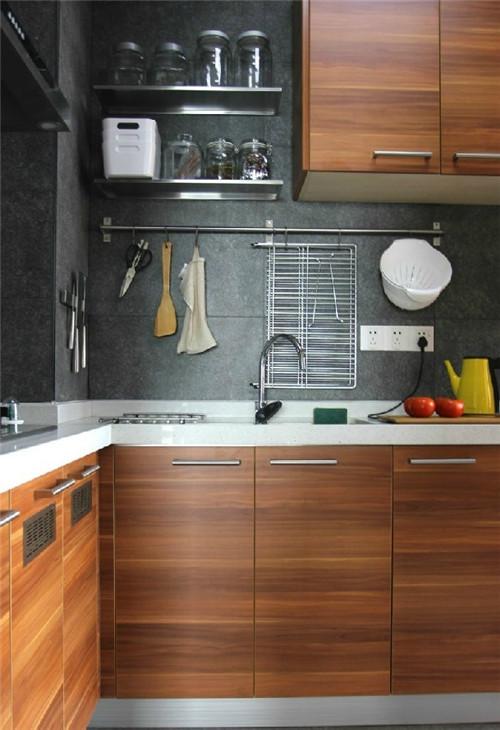 厨房选用木质柜子,空间收纳井井有条,大部分物品都以宜家为主。