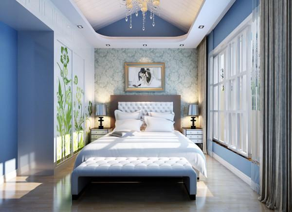 整个卧室的颜色色调简单干净。蓝色的墙面、白色的顶、绿色图案的推拉门让主人仿佛徜徉在蓝天白云中,尽情呼吸着大自然的气息。