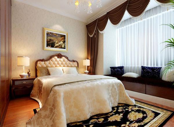 以欧式实木家具及壁纸和床品配饰体现简欧风格