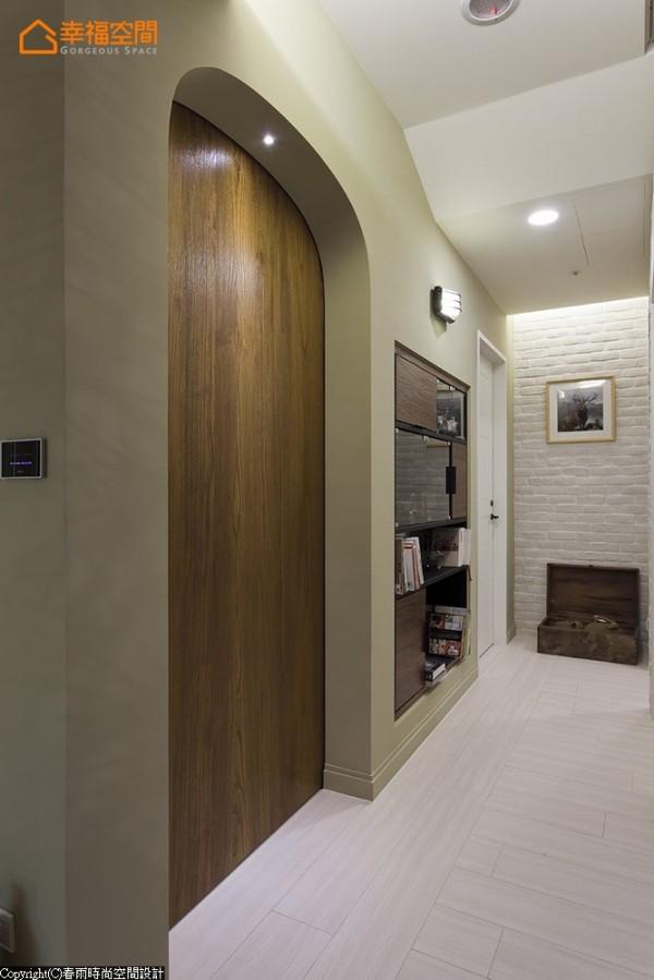 木作半拱书房门片与内嵌于壁面的造型书架,打造休闲随兴的廊道阅读区。