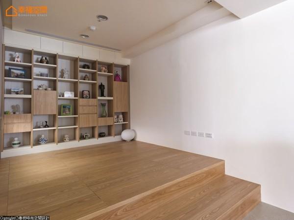 电动升降桌与六宫格地下收纳,全方位机能满足所有生活需求。