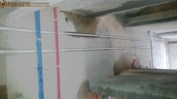 线管横平竖直,线管用卡扣固定住,以防空鼓,强电红色线管、蓝色弱电线管,分色分管