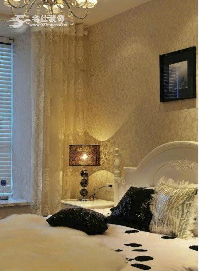 卧室的床,墙纸,交相呼应,突出典雅高贵之气质。