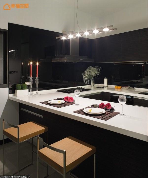 厨房的墙面以黑色烤漆玻璃为主要材质,方便清洁、整理及维护,辅以吊灯灯饰,别具现代美学的简约意象。