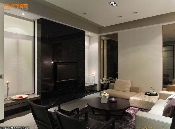主墙以黑云石为背景,左右的开窗设计自然形成对称语汇,与一旁茶镜的左右安排形成空间里完整的应对效果。