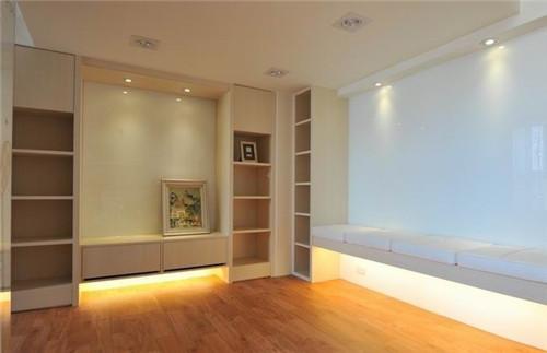 """""""休闲区一面打造成书柜和收纳区,一面做了联排座位。设计师减少了订制需求,房间里除主要的柜体、硬件设备外,尽量让屋主自由添购家具。"""""""