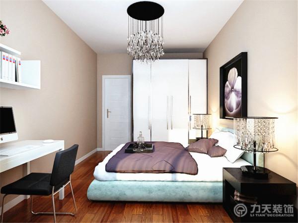 主卧室为了衬托温馨的效果,墙面也是采用了浅咖色乳胶漆的效果。为了呼