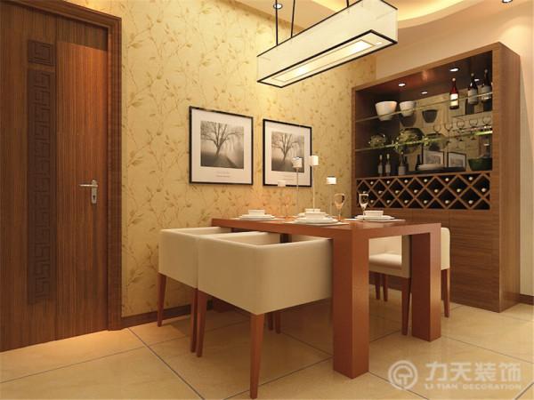 走过玄关,进来就是餐厅的位置,可以摆放四人的餐桌,还可以放一个餐边柜。