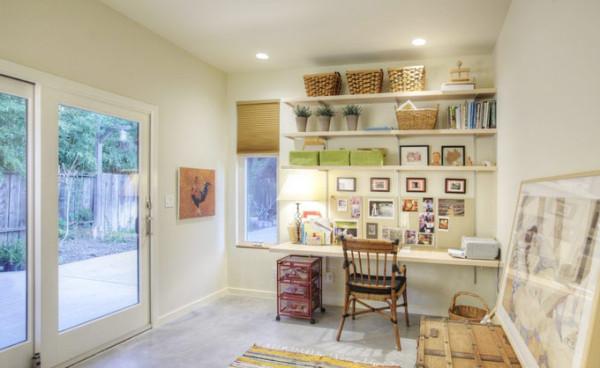 玄关旁边还设置了书房,墙壁做了收纳处理,贴上一些田园的照片,摆上几盆绿色植物,放置几个藤编小框,好一幅田园装饰画。