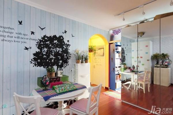 墙壁是用条形木拼砌的,刷成了淡淡的蓝色,绘一幅绿树飞鸟图。