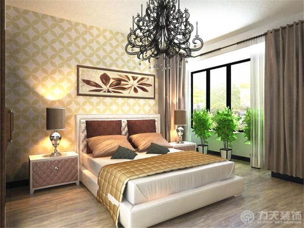 为了整体色调统一,床品选择了大气奢华的床,床品用了相近的棕色靠垫来点缀空间。
