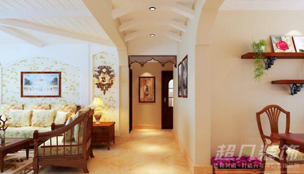 家具以自然的原木色为主,恬淡温馨的碎花沙发,自然美好。客厅放置的鲜花、绿植,春意仿佛蔓延了一屋。