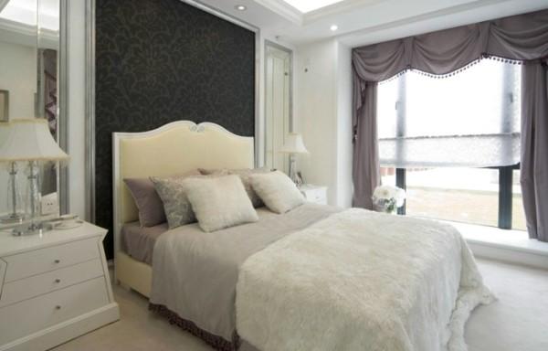 黑色的花纹背景墙,调和空间的整体色调,落地窗加透光窗帘,使空间的视线得以延伸。