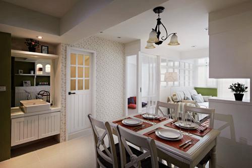 别致的吊灯烘托气氛,简洁的桌椅干净大方,整的光线温柔舒适。
