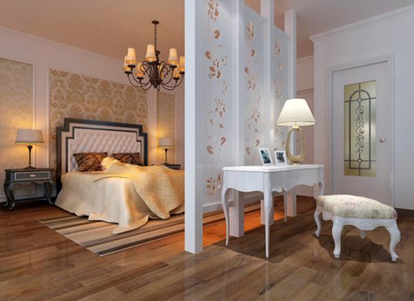 几何分割的床头背景墙稳重大方,配上欧式感的家具,增加华丽和奢华的感受。亮点:木雕屏风的多功能巧妙设计,即能当电视墙同时也起分割空间的作用。