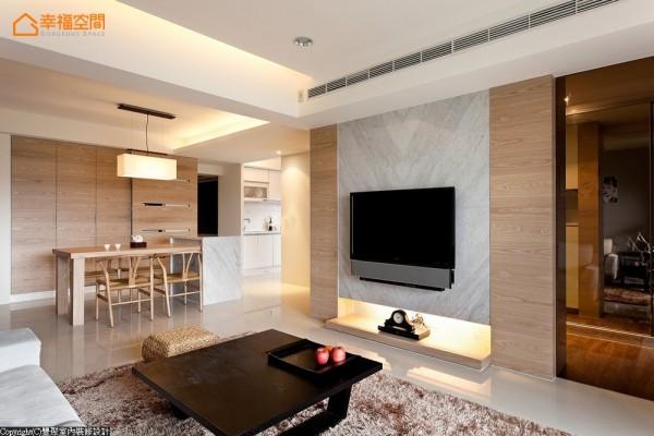 义大利卡拉拉白大理石做成的电视墙,大器呈现地层挤压过后的纹路,一旁茶玻璃后为若隐若现的更衣室空间。