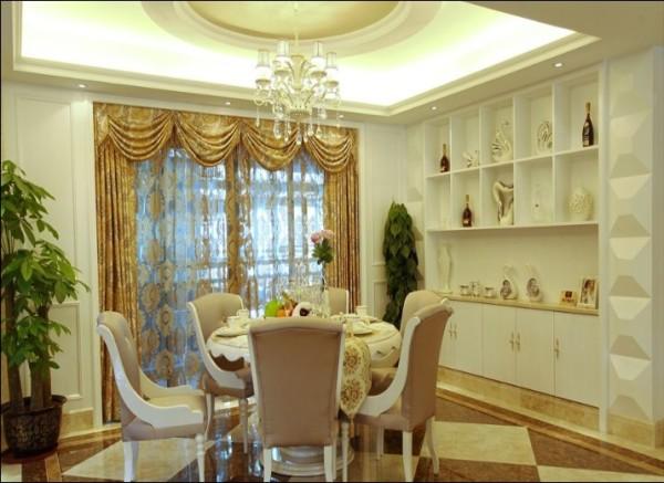 圆形吊顶和餐桌相呼应,旁边侧柜兼具展示盒收纳作用。