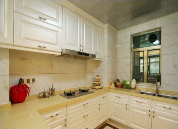 白色柜体橱柜的华美和理石墙砖的自然大气相融合。沉醉其中厨房也变成享受的艺术品。