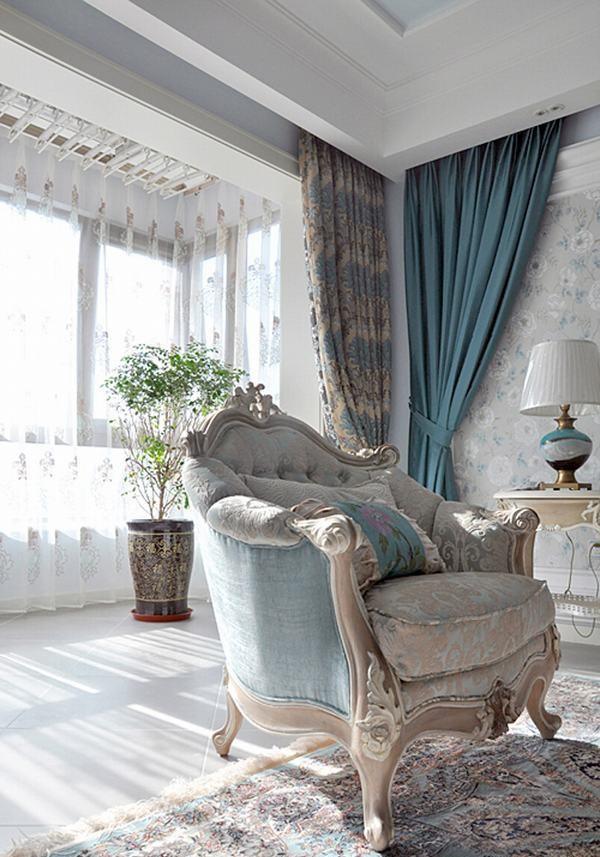 浅色提花的纱帘,让阳光最大程度地撒进来;家,本身就应该是充满阳光的地方;