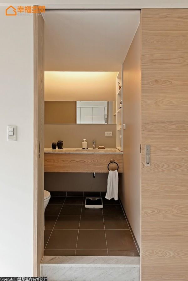 针对使用性规划的客卫,半套卫浴采以木贴皮、无磁砖设计,书房内卫浴间则使用花砖点缀墙面,大理石台面提高耐用度。