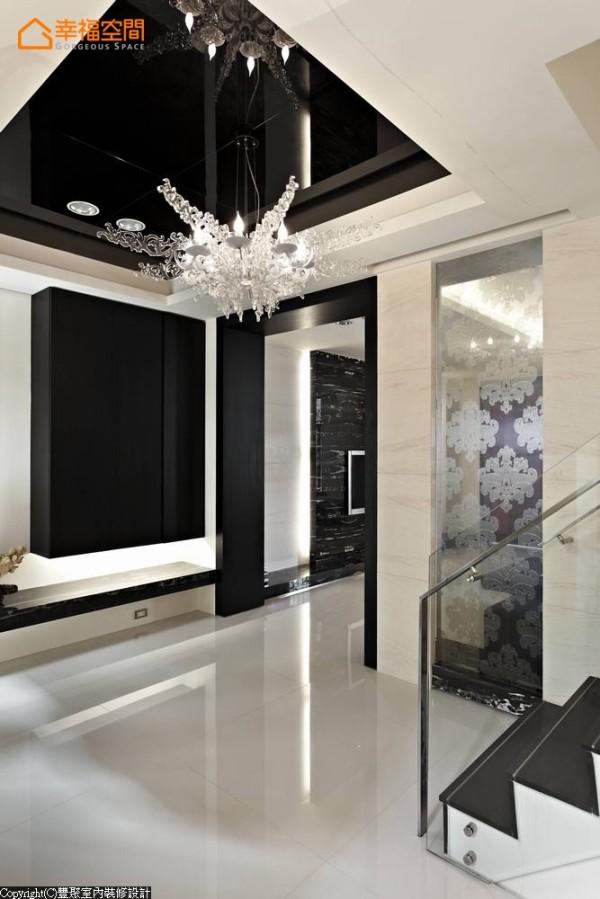 夹纱玻璃的设计,隐约后方的客厅风景,更轻化楼梯的量体。