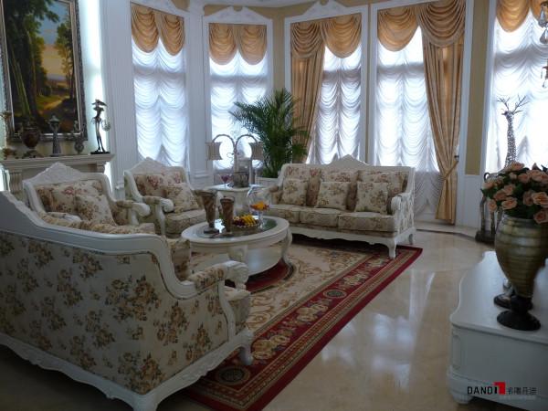 名雕丹迪设计-星洲湾别墅-欧式风格客厅:以米黄色为主色调,白色融入空间中,精致大理石铺地,摒弃烦躁的欧式设计,体现一种高贵典雅生活空间。