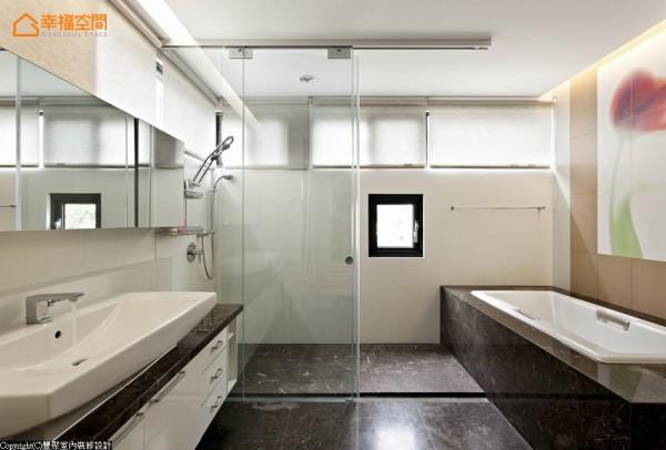 来到由银白龙大理石与白色人造石设计的卫浴空间,设计师在墙面上引进义大利花砖拼贴出主卫浴的美形意象。