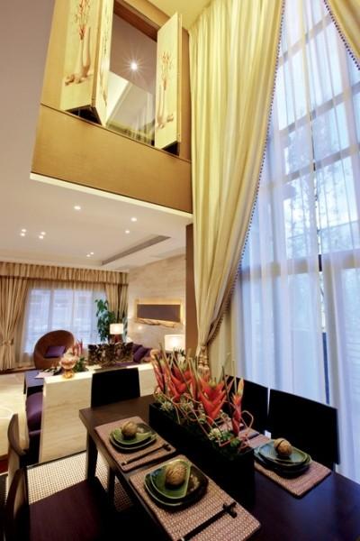 本案是套两层的错层别墅,建筑上采用了大面积的落地玻璃。所以阳光充足,视野开阔。设计风格定位在现代简约格,可谓相得益彰。