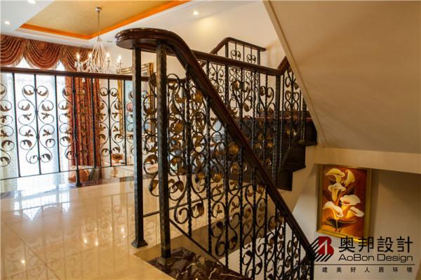 美式风格特有的花纹扶梯及美观又牢固