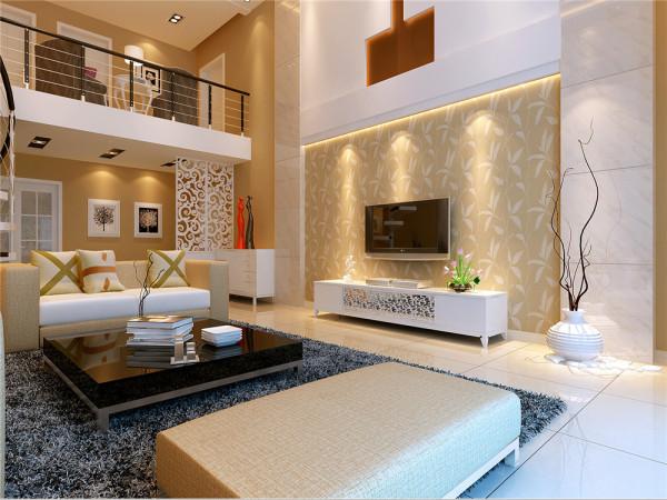 客厅中,电视背景墙以暖色的墙纸嵌在米白色的瓷砖墙面上,配以白色雕花电视柜,简单不失优雅。