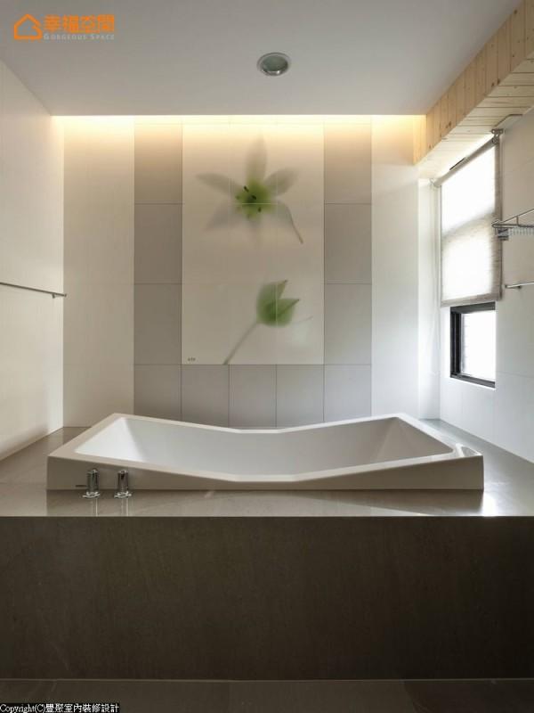 女孩房卫浴-相同的义大利花砖,以不同的图案及质材表现女孩的温婉气质。