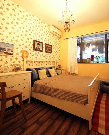 为了打造乡村田园风格的卧室,我们选择了小碎花图案的墙纸,铺满卧室床头的整个墙面,配合浅色床品,和手作蕾丝窗帘,非常和谐。