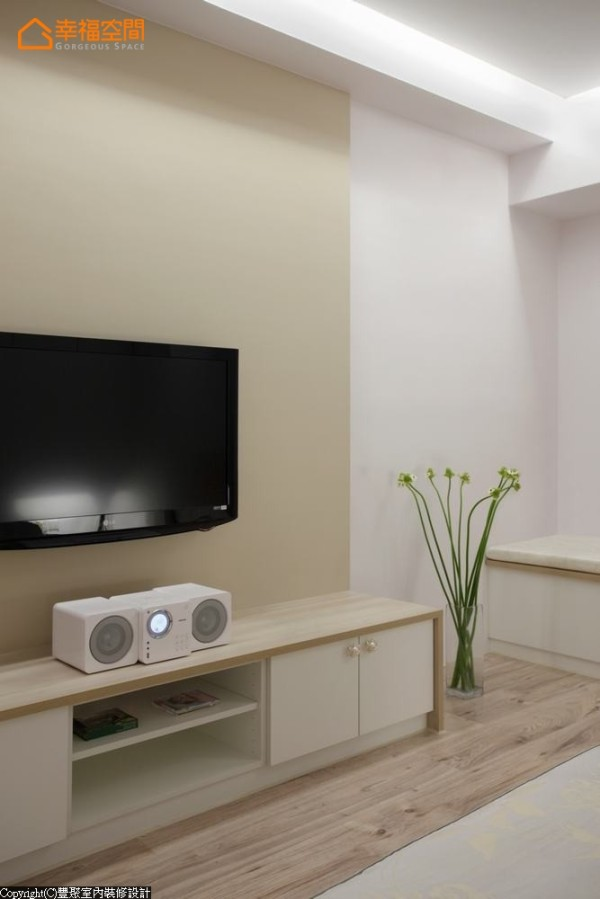 简化主卧室的电视墙,柔和的色系温馨一室,小巧的电视机柜可收纳小物品,未来还可摆放小宝贝的相片。