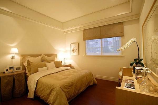 大面的落地窗为室内提供了良好的采光,暖色调的用色体现出居室的温馨与舒适。卧室中没有多余反繁复的装饰物,简单几件家具靠墙摆放着,大方又气定神闲。