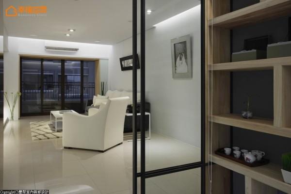 为了让室内采光连贯,书房以强化清玻璃取代门扉,黑色铁件框起横拉门,突显现代感。