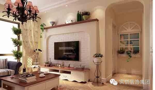 电视背景墙采用了仿壁炉的设计手法,体现了风格的特性,也充分体现了客厅空间的独立感。