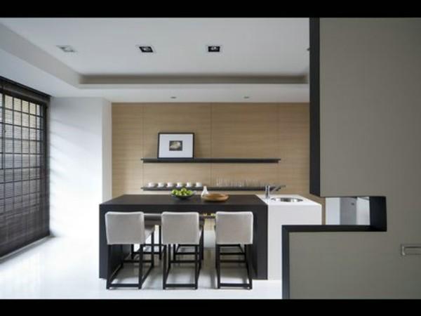 经典黑白色桌椅对称摆放,一片白色从地面延伸到天花板,体现出一种时尚的精英气质。