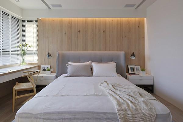 主卧室的床头背墙及电视墙面相呼应,皆使用直线分割,使木皮呈现俐落感。