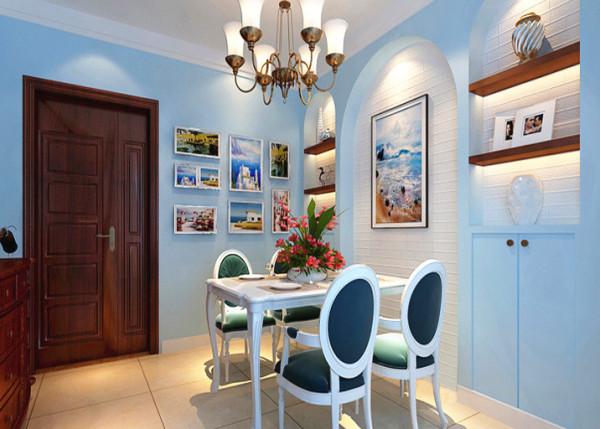 进户门处的餐厅区域,浅蓝色的墙漆给人以身处大海的感觉,配以墙面的复古造型及白色纹理壁纸,更显得餐厅温馨整洁
