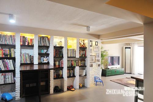 爱书之人,必然想要给爱书安个家。然而事实告诉我们,书柜未必是最好的选择,它也可以是一面墙,一如现在。最为常见的红砖,粉刷成斑驳的白色,叠加黑色的隔板,摇身一变成为书墙和玩具的最佳归宿。