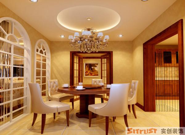 双扇拱形门的造型,和圆形餐桌、圆形吊顶相互应,淡黄色墙面配上白色门套线,体现出温馨舒适之感。