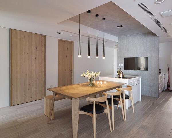 利用转角处作出展示层板,形成餐厅的廊道一景。另外,用餐区的电视墙呼应了客厅的清水模砖,延伸至天花板部分使用彷清水模漆带出一致性,形成清爽的空间质感。