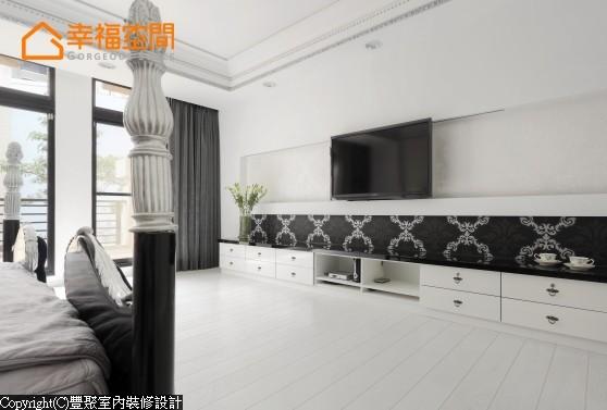屋主要求的轨道式的电视柜,在不用的时候可以移到一旁完整了卧房的设计感。下方收纳以系统柜装设,彩晶门板的修饰让整体更加融合。